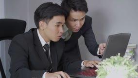 Szczęśliwi dwa biznesowy mężczyzna używa laptop pomyślny działanie projekt zbiory