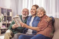 Szczęśliwi dziadkowie i żeńska mienie fotografia zdjęcie stock