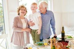 Szczęśliwi dziadkowie Pozuje z Little Boy zdjęcie stock