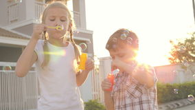 Szczęśliwi dzieci bawić się blisko domu przy dnia czasem zbiory wideo