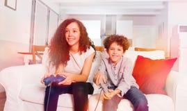 Szczęśliwi dzieci bawić się gry komputerowe w domu zdjęcie royalty free