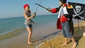 Szczęśliwi dzieci bawić się na plaży zbiory wideo