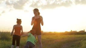 Szczęśliwi dzieci bawić się w parku zdjęcie wideo