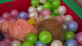 Szczęśliwi dzieci bawić się w wielo- coloured balowym basenie Przedszkole zdjęcie wideo