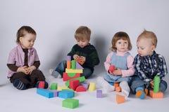 Szczęśliwi dzieci bawić się z sześcianami Zdjęcia Stock