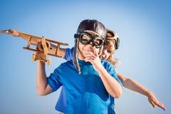 Szczęśliwi dzieci bawić się z zabawkarskim samolotem obraz royalty free