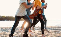Szczęśliwi dzieci biega na plaży Obóz letni obrazy royalty free