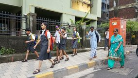 Szczęśliwi dzieci iść szkoła w India Zdjęcia Royalty Free
