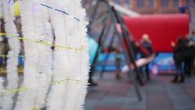 Szczęśliwi dzieci i dorosli ma zabawę podczas gdy huśtający się przy plenerowym Xmas festiwalem zdjęcie wideo