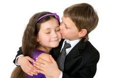 Szczęśliwi dzieci ma zabawę, przytulenie i całowanie, Zdjęcia Royalty Free
