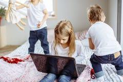 Szczęśliwi dzieci ma zabawę wpólnie w domu obraz royalty free