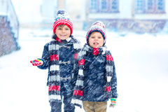 Szczęśliwi dzieci ma zabawę z śniegiem w zimie fotografia royalty free