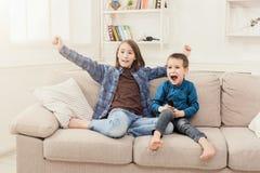 Szczęśliwi dzieci ogląda TV w domu zdjęcia royalty free