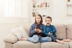Szczęśliwi dzieci ogląda TV w domu zdjęcie royalty free