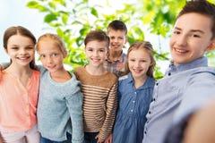 Szczęśliwi dzieci opowiada selfie Fotografia Stock