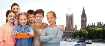 Szczęśliwi dzieci opowiada selfie smartphone Zdjęcia Royalty Free