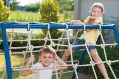 Szczęśliwi dzieci palying na boisku Fotografia Stock