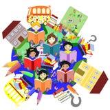 Szczęśliwi dzieci różnych ras czytelnicze książki Zdjęcie Royalty Free
