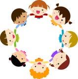 Szczęśliwi dzieci ręka w rękę wokoło Zdjęcia Royalty Free