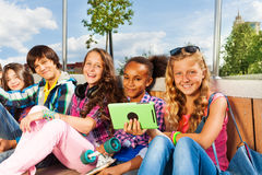Szczęśliwi dzieci siedzi wpólnie zamkniętego i uśmiech Obrazy Royalty Free