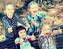Szczęśliwi dzieci trzyma ręki i daje przyjaźni Fotografia Royalty Free