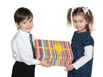 Szczęśliwi dzieci trzymają prezenta pudełko obrazy stock
