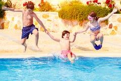 Szczęśliwi dzieci w basenie Obrazy Stock