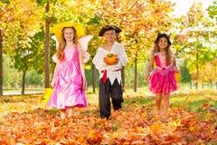 Szczęśliwi dzieci w Halloweenowy kostiumów chodzić Obraz Stock