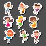 Szczęśliwi dzieci w różnych pozycj dziecka dużej wektorowej skokowej rozochoconej grupowej i śmiesznej kreskówce żartują radosnej ilustracja wektor
