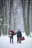 Szczęśliwi dzieci w zima parku, bawić się wraz z saneczki zdjęcia royalty free