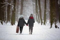Szczęśliwi dzieci w zima parku, bawić się wraz z saneczki Zdjęcia Stock