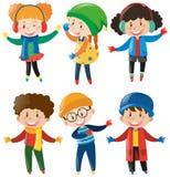 Szczęśliwi dzieci w zimie odziewają Fotografia Royalty Free