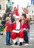 Szczęśliwi dzieci Z Święty Mikołaj Zdjęcie Stock