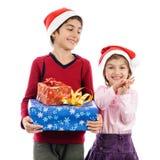 Szczęśliwi dzieci z teraźniejszości dziewczyny aplauzu bożymi narodzeniami odizolowywają Obrazy Royalty Free
