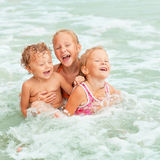 Szczęśliwi dzieciaki bawić się na plaży Zdjęcie Stock