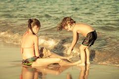Szczęśliwi dzieciaki bawić się na plaży Zdjęcie Royalty Free