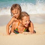 Szczęśliwi dzieciaki bawić się na plaży obraz royalty free