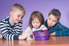 Szczęśliwi dzieciaki bawić się na wielkanocy zdjęcie stock