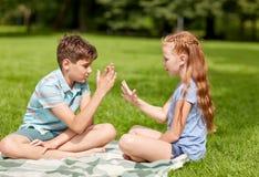 Szczęśliwi dzieciaki bawić się nożyce gemowych Obrazy Royalty Free