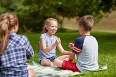 Szczęśliwi dzieciaki bawić się nożyce gemowych Fotografia Royalty Free