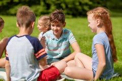 Szczęśliwi dzieciaki bawić się nożyce gemowych Zdjęcia Royalty Free