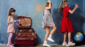 Szczęśliwi dzieciaki bawić się podróż zbiory wideo