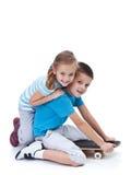 Szczęśliwi dzieciaki bawić się z deskorolka Fotografia Royalty Free