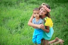 Szczęśliwi dzieciaki, bracia i siostra, roześmiana nastolatek chłopiec Zdjęcie Stock