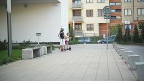 Szczęśliwi dzieciaki jadą na kopnięcie hulajnoga plenerowej Mnóstwo zabawę bawić się wpólnie zdjęcie wideo