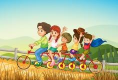 Szczęśliwi dzieciaki jedzie bicykl przy gospodarstwem rolnym royalty ilustracja