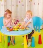 Szczęśliwi dzieciaki malują Wielkanocnych jajka Obraz Stock