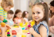 Szczęśliwi dzieciaki robi sztukom i rzemiosłom w ośrodku opieki dziennej zdjęcie royalty free