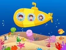Szczęśliwi dzieciaki w łodzi podwodnej Zdjęcia Royalty Free