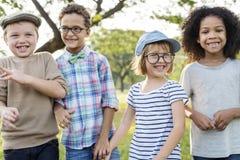Szczęśliwi dzieciaki w parku zdjęcia royalty free